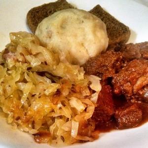 Knodel mit Gulasch und Sauerkraut