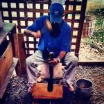 Arrolhamento manual com martelo de madeira