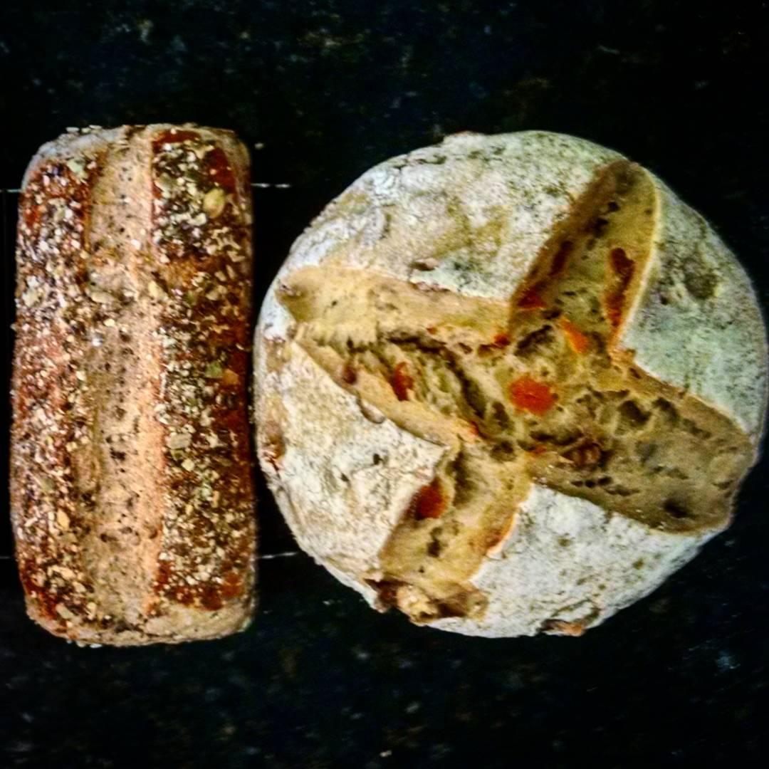 Pão preto multigrãos e pão de semolina com nozes e damasco