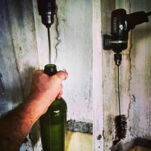 A lavagem das garrafas é a última etapa antes do engarrafamento do vinho. Um pouco de tecnologia e criatividade agilizam esse processo